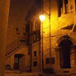 Barrea di notte illuminata da un lampione