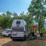 Un camper nella piazzola del Camping La Genziana