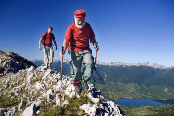 Pasetta, direttore del Camping La Genziana, guida un'escursione in montagna