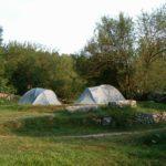 Due piccole tende bianche nel verde prato del Camping La Genziana