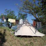 Primo piano di una tenda con i panni spesi