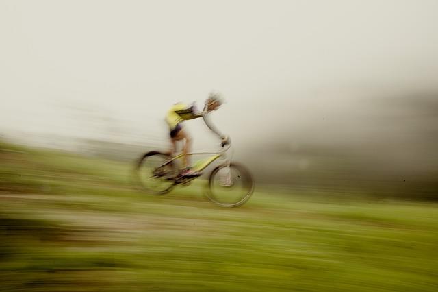 Un ragazzo in mountain bike in discesa