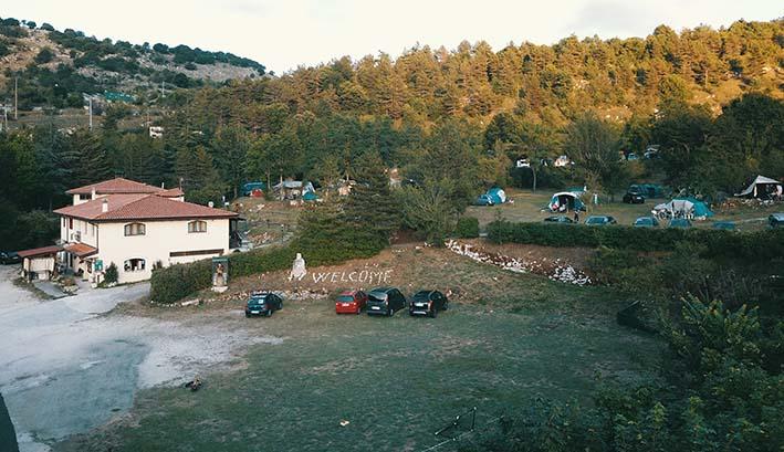 Una bellissima foto vista da lontano di tutto il camping La Genziana
