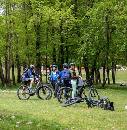 un gruppo di 4 amici con le city bile del camping la genziana